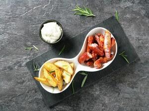 Cordero y patatas fritas con salsa tártara.
