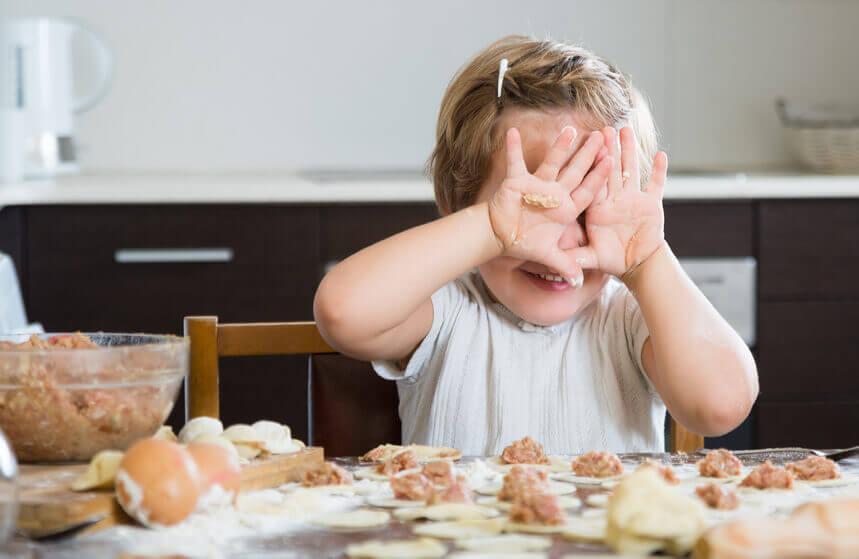 niños disfrutando carne de cordero