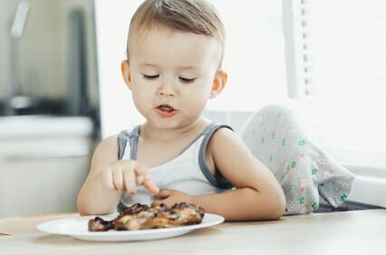 niños comiendo carne