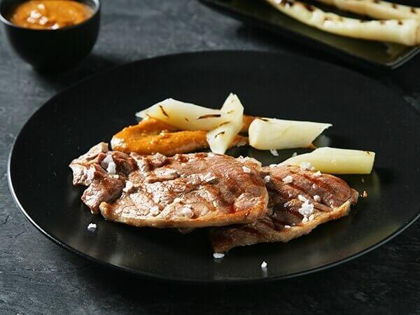 Receta de filete de pierna de cordero con ajos tiernos y romesco