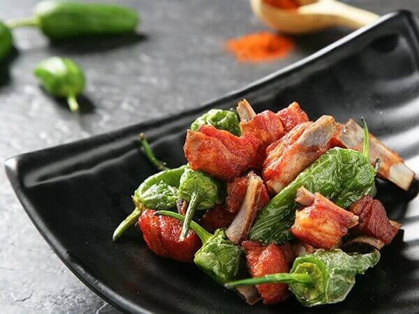 Receta de churrasquitos de cordero asados con pimientos del padrón