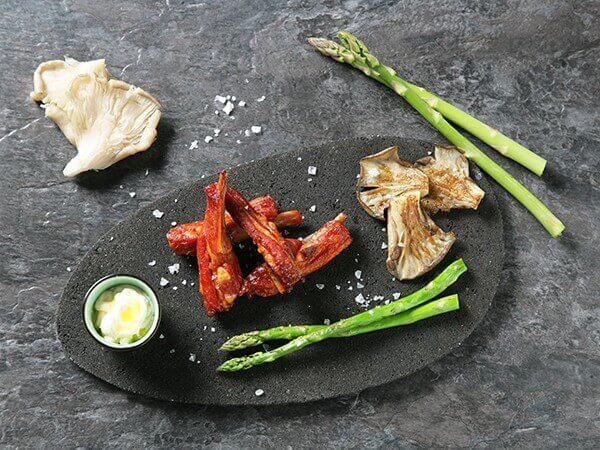 Receta de churrasquitos de cordero a la plancha con trigueros y setas