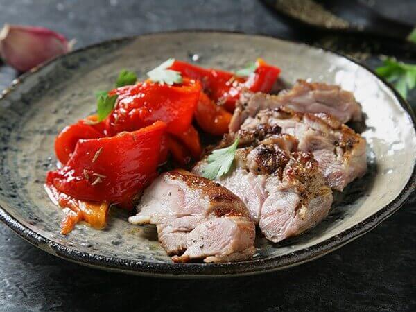 Receta de filete de carrillón adobado con pimentón y ensalada de pimientos