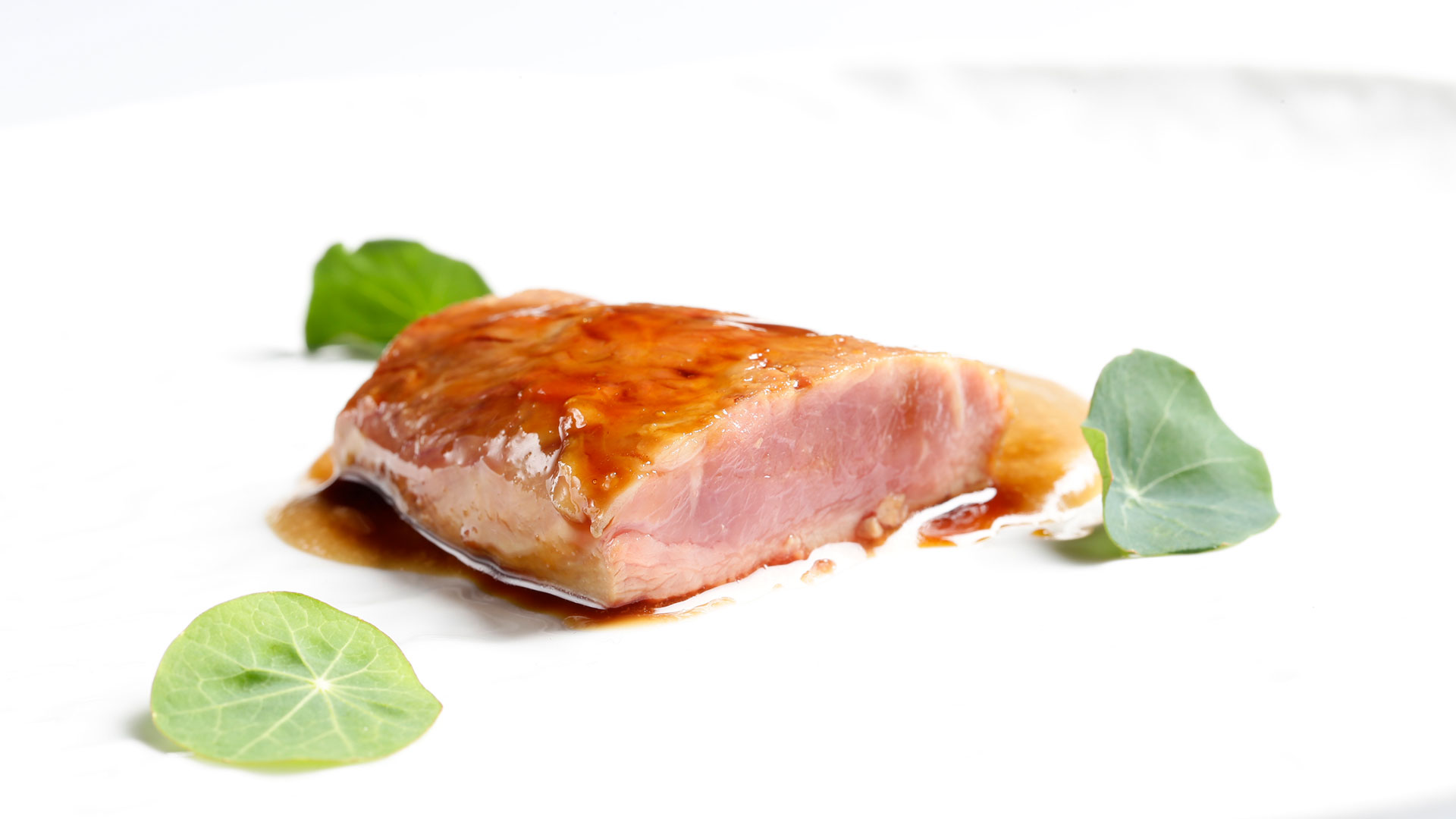 Receta de lomo de cordero lacado con crema de piñón y piñas verdes de pino